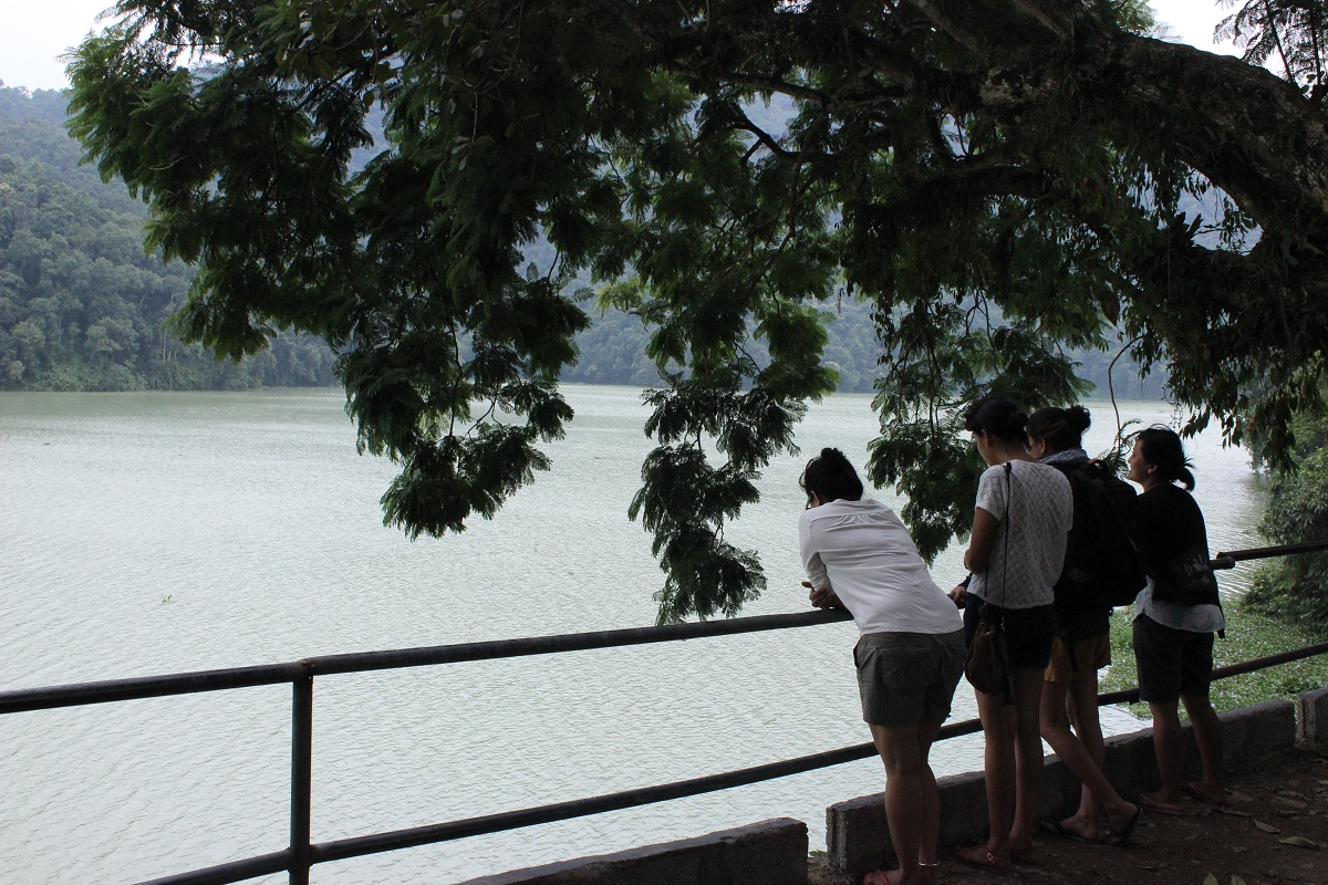 WW Team chilling by the Lake side!  Photo by: Nasala Chitrakar